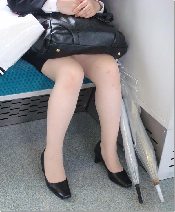 OL達の電車内で狙われたリクスー三角ストーカー盗撮エロ画像15枚目