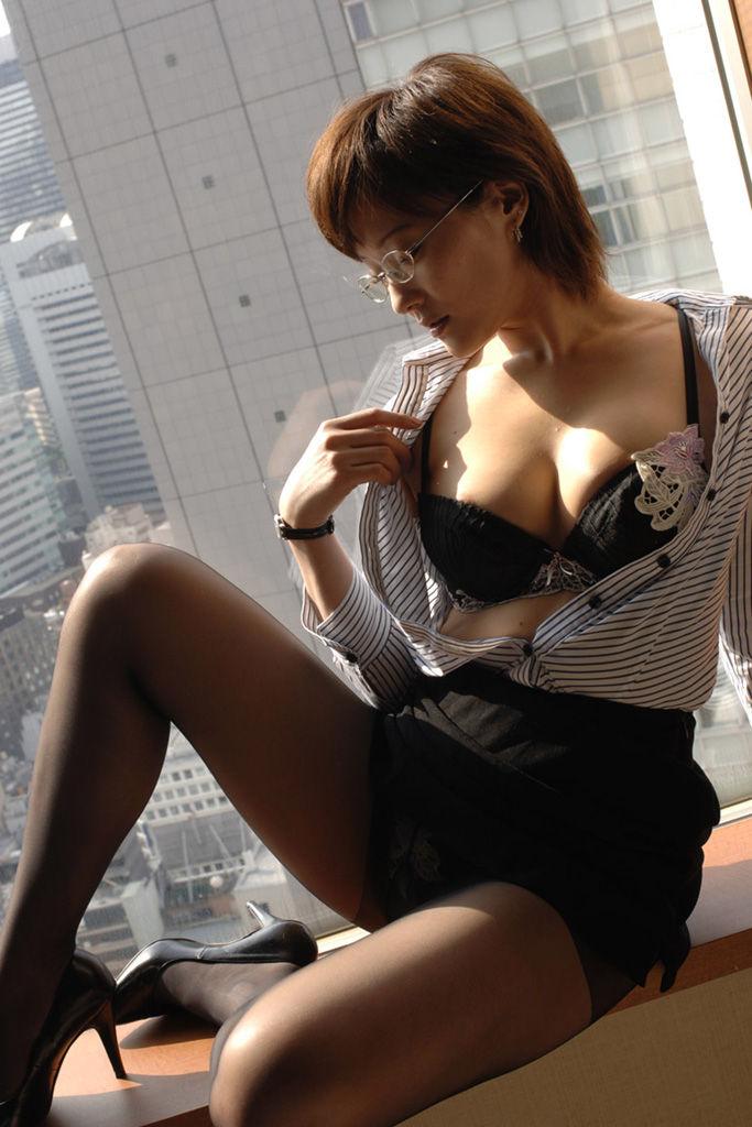 眼鏡OLが会社内でSEXをおねだり誘惑する淫乱露出エロ画像6枚目
