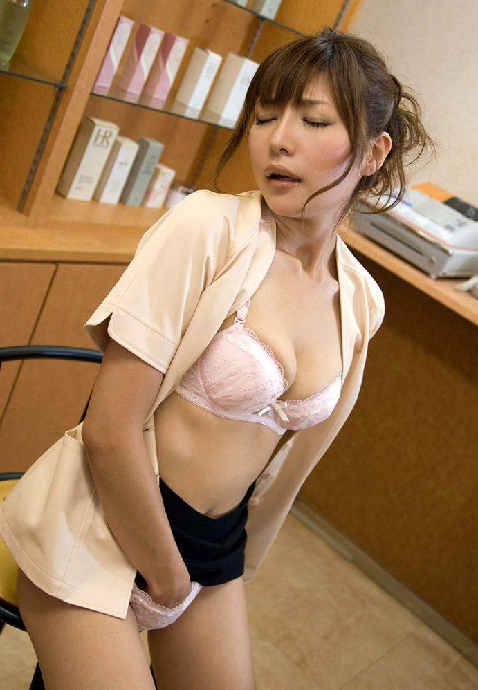 眼鏡OLが会社内でSEXをおねだり誘惑する淫乱露出エロ画像10枚目