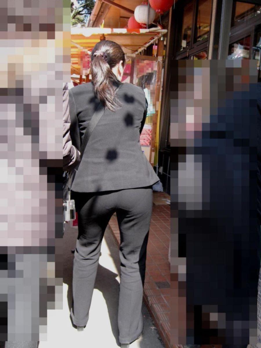 ビッチOLが行列に並ぶ街撮り激写パンティライン盗撮エロ画像12枚目