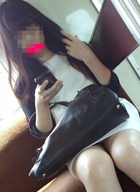 素人OLの電車内で盗撮された三角パンチラエロ画像1枚目