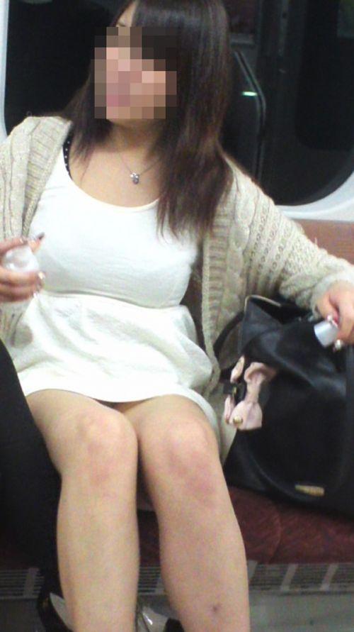 素人OLの電車内で盗撮された三角パンチラエロ画像4枚目