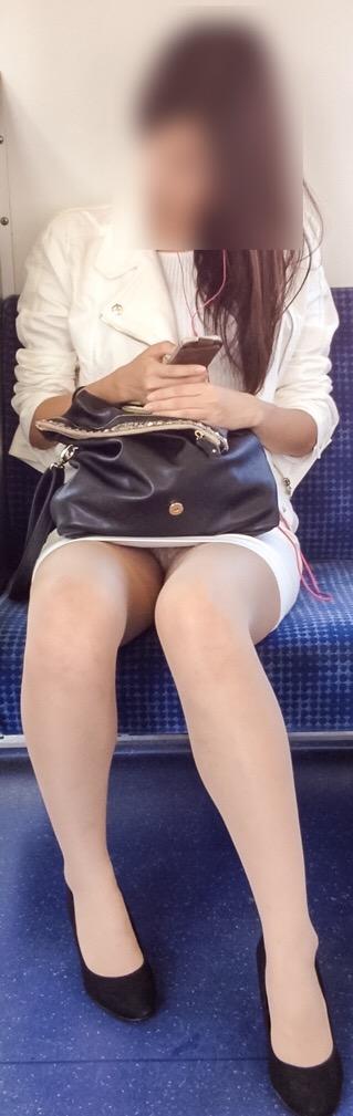 素人OLの電車内で盗撮された三角パンチラエロ画像5枚目