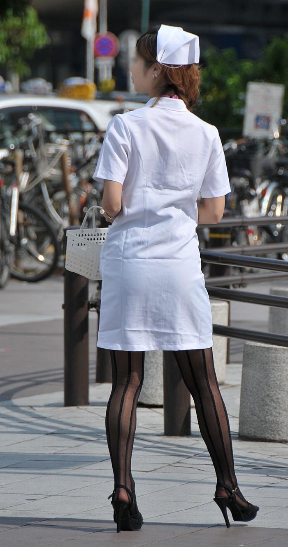素人ナースが白衣が透けてると知らず何かを配る盗撮エロ画像1枚目