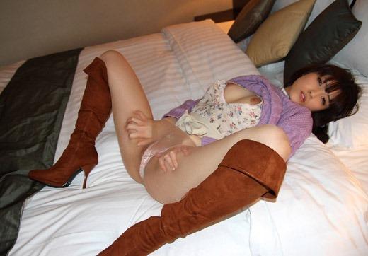 美脚OLがエナメルレザーのロングブーツでSEX誘惑のエロ画像12枚目