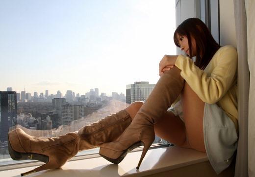 美脚OLがエナメルレザーのロングブーツでSEX誘惑のエロ画像16枚目