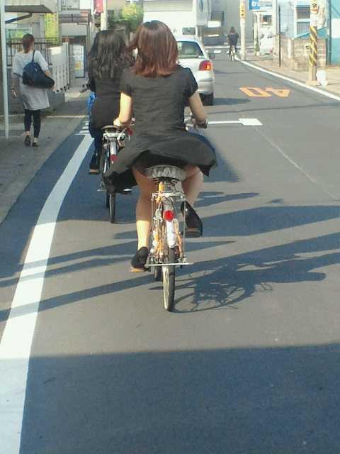 可愛いOLがタイトスカートでつま先立ちする自転車エロ画像2枚目