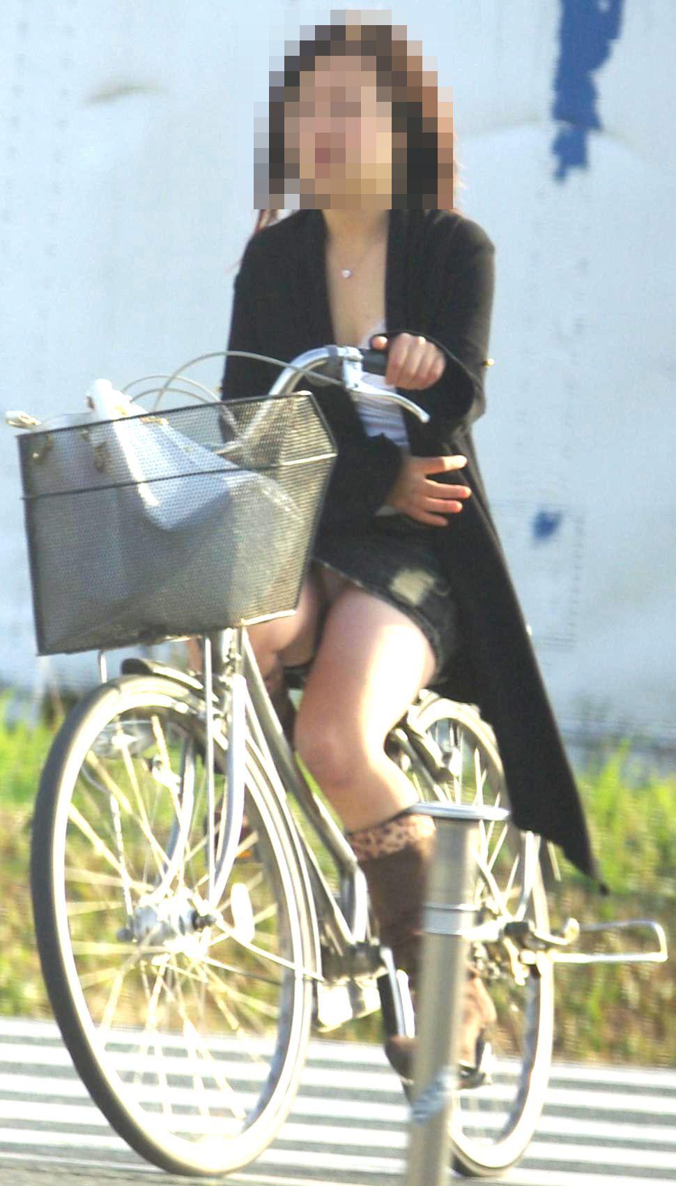 可愛いOLがタイトスカートでつま先立ちする自転車エロ画像4枚目
