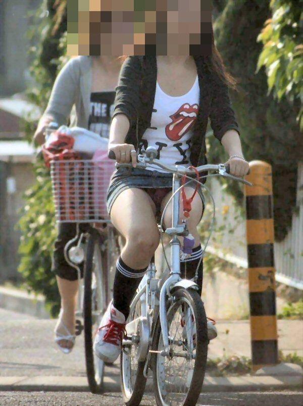 可愛いOLがタイトスカートでつま先立ちする自転車エロ画像5枚目