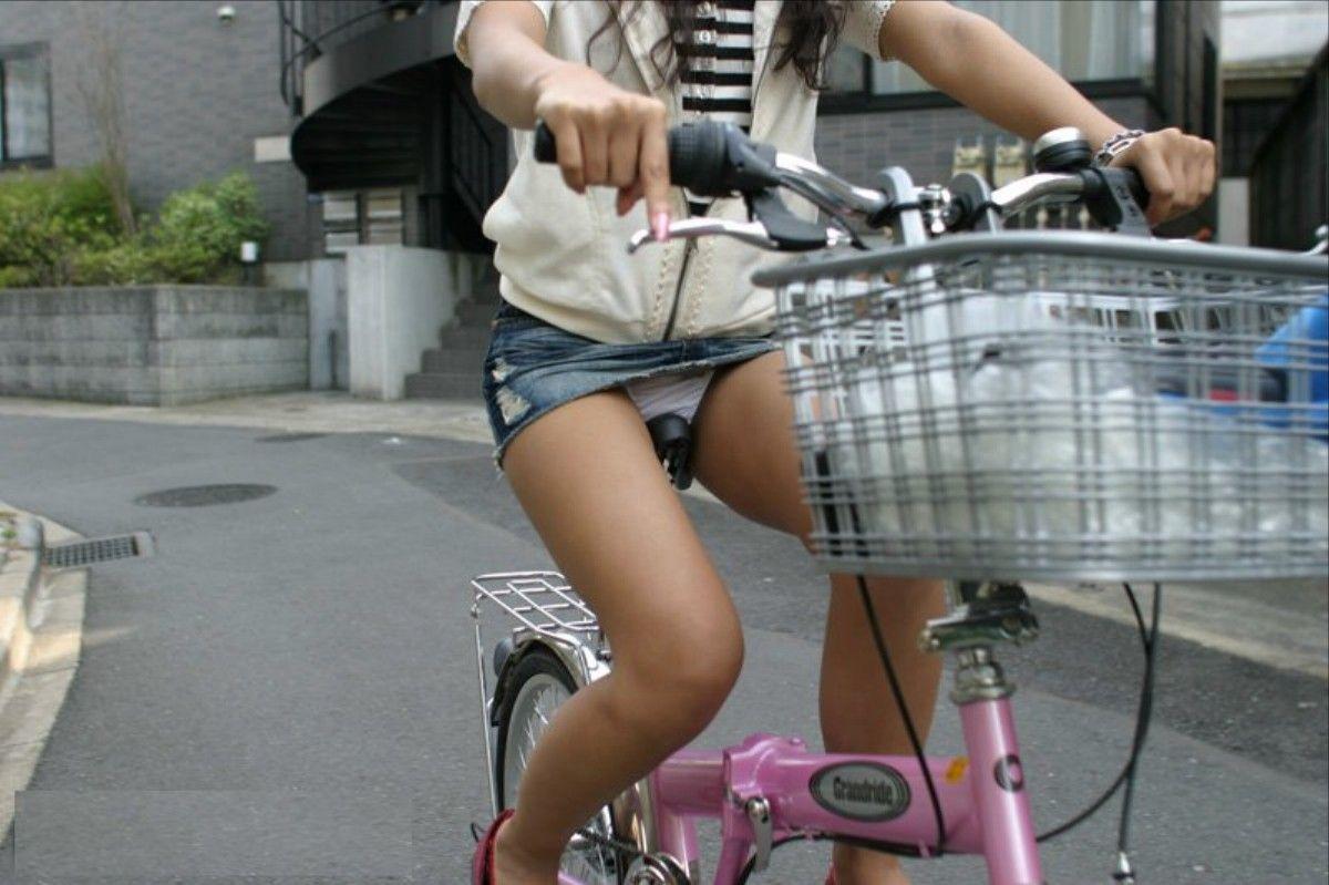 可愛いOLがタイトスカートでつま先立ちする自転車エロ画像8枚目
