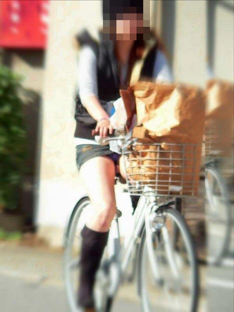 可愛いOLがタイトスカートでつま先立ちする自転車エロ画像9枚目