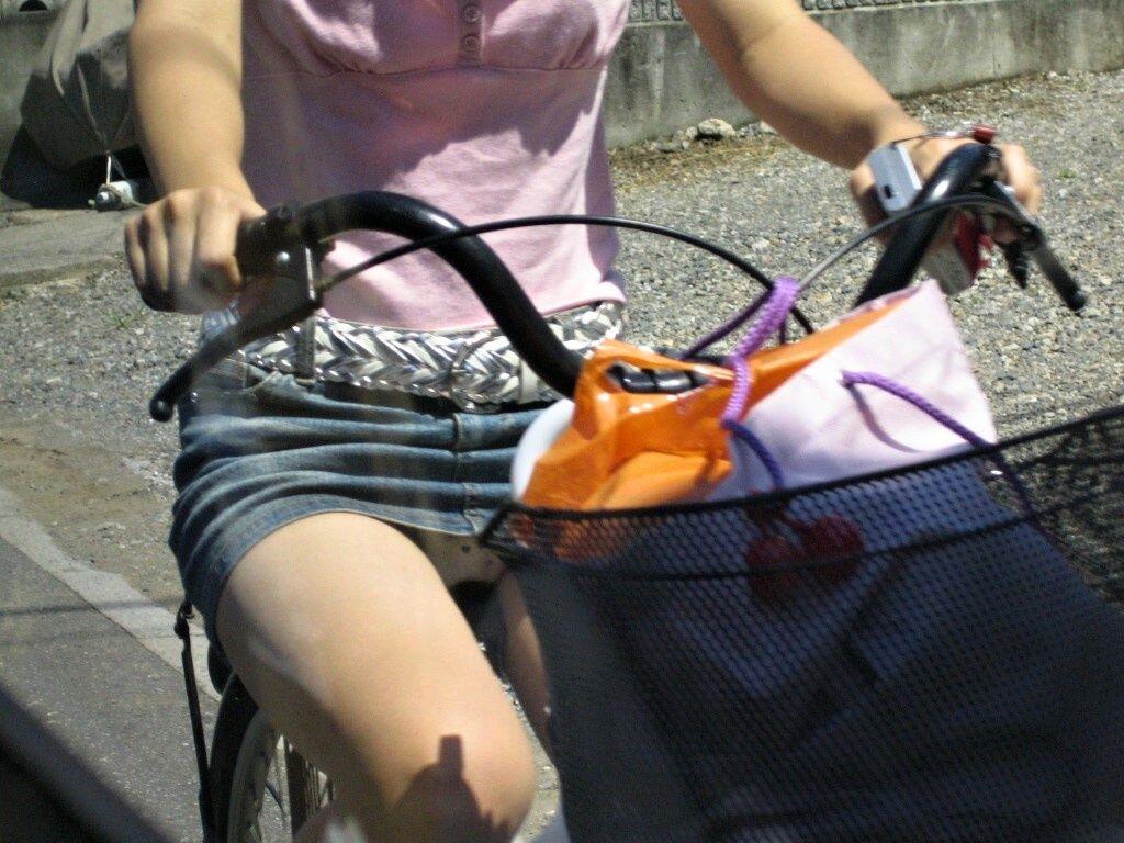 可愛いOLがタイトスカートでつま先立ちする自転車エロ画像12枚目