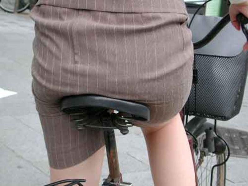 可愛いOLがタイトスカートでつま先立ちする自転車エロ画像15枚目