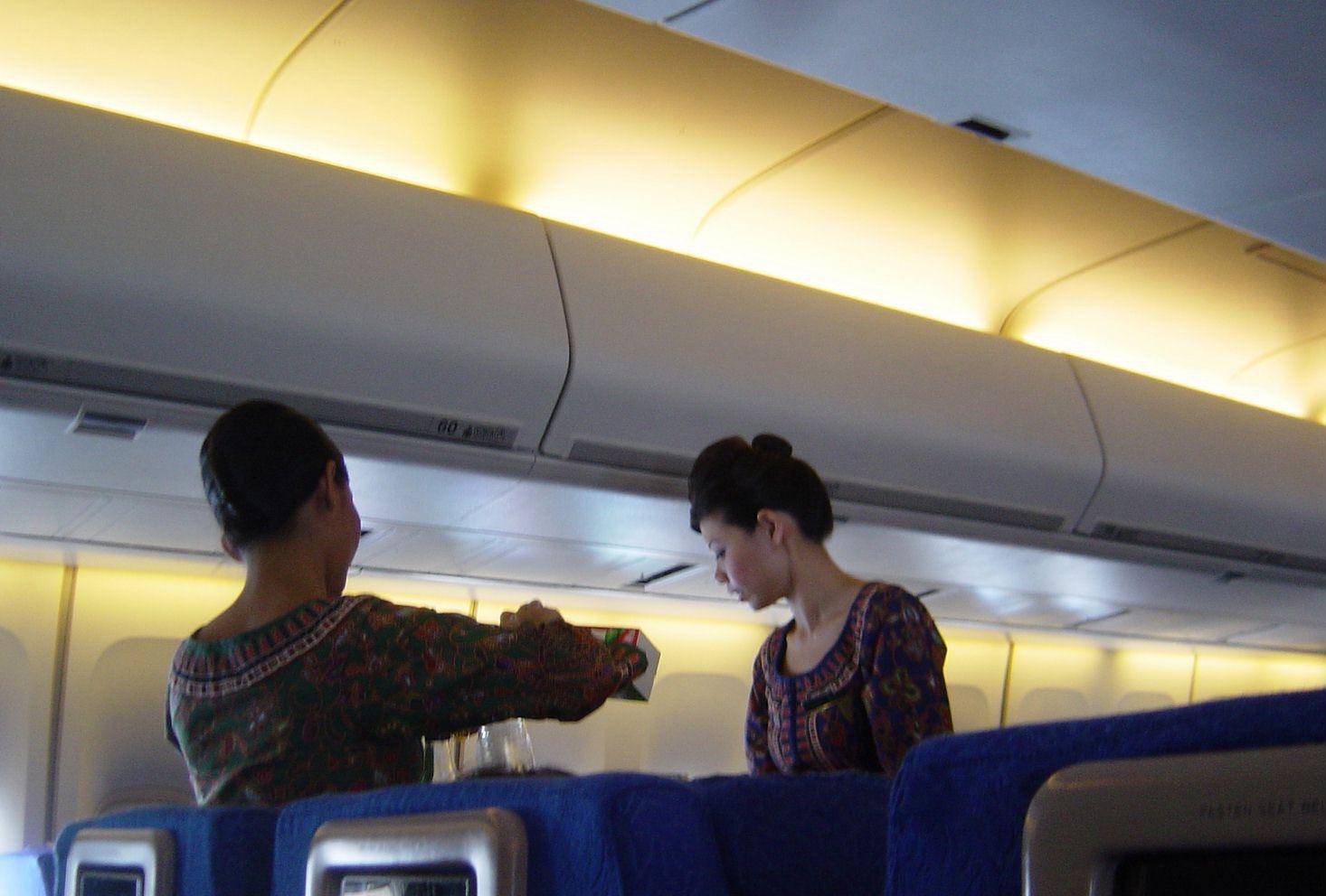ビッチCAが疲れたフライト後にすぐにSEXする枕営業エロ画像15枚目