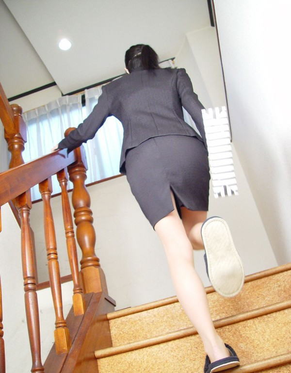 淫乱OLがタイトスカートの巨尻を放り出す露出のマニアエロ画像2枚目
