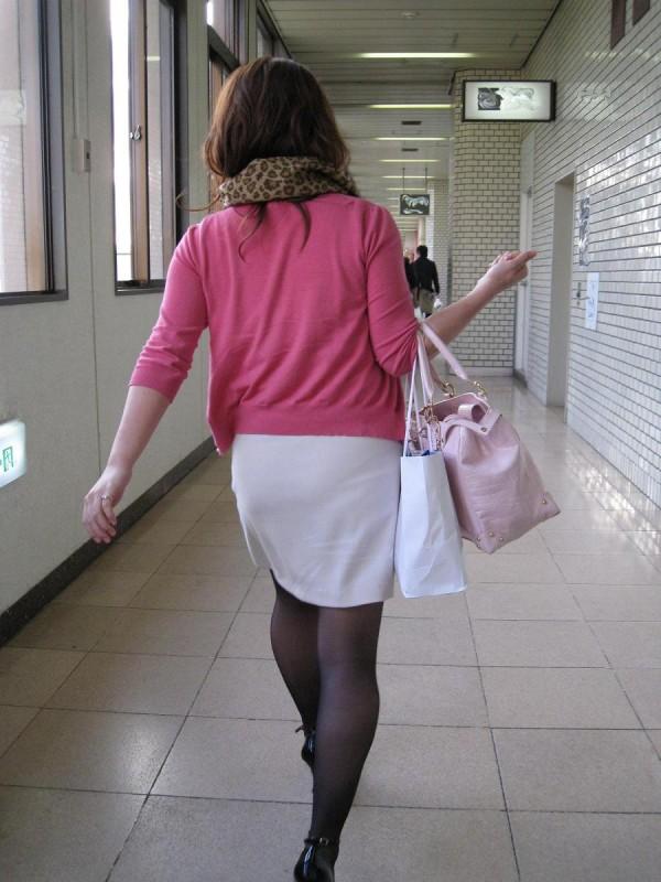 淫乱OLがタイトスカートの巨尻を放り出す露出のマニアエロ画像5枚目