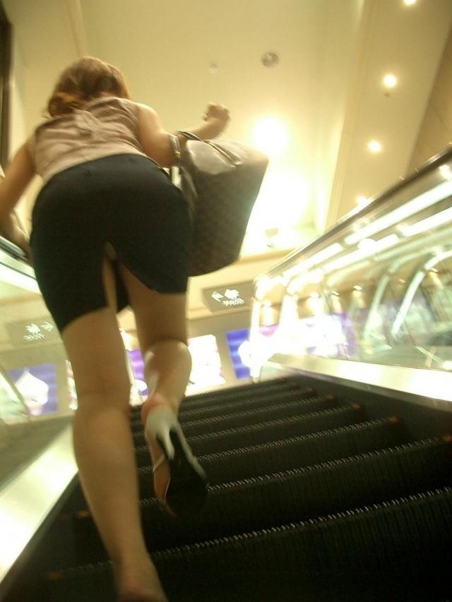 淫乱OLがタイトスカートの巨尻を放り出す露出のマニアエロ画像10枚目