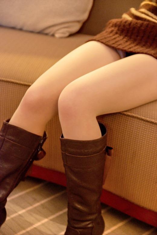 美脚OLがスエードのロングブーツで誘惑の自己主張エロ画像5枚目