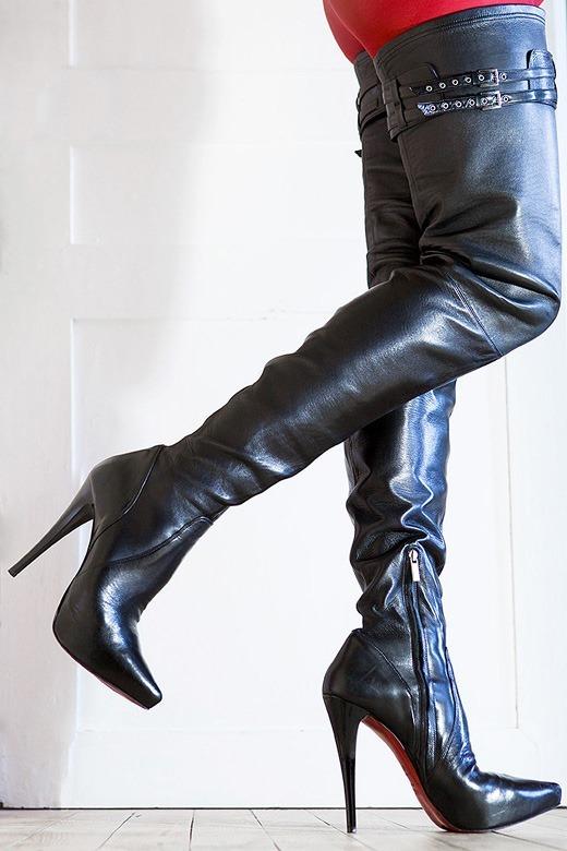美脚OLがスエードのロングブーツで誘惑の自己主張エロ画像7枚目