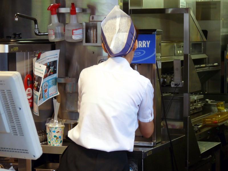 ファミレスで働く制服店員jkをレイプするエロ画像14枚目