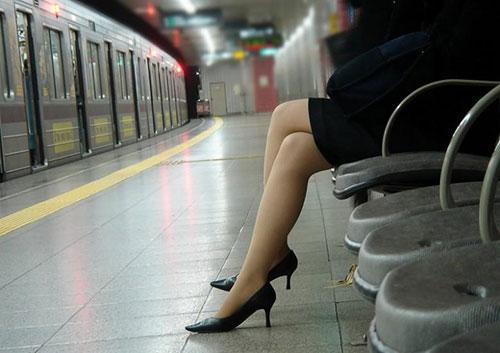 美脚OL達の駅ホームで写したタイトスカートハイヒールエロ画像1枚目
