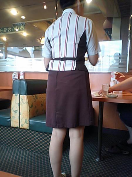 巨乳店員がハリハリ制服でファミレス勤務の素人盗撮エロ画像8枚目