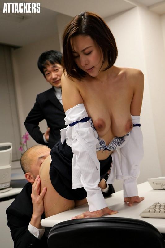 ビッチCAが機内のトイレで息抜きにオナニーをする盗撮エロ画像4枚目