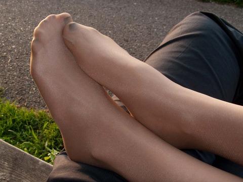 美脚OLが疲れたパンストつま先や足裏を休めるマニア必見エロ画像2枚目