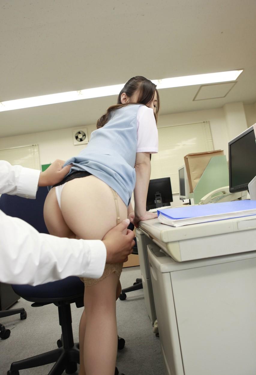 大人し目のOLが会社内で冴えない後輩にレイプされるエロ画像3枚目