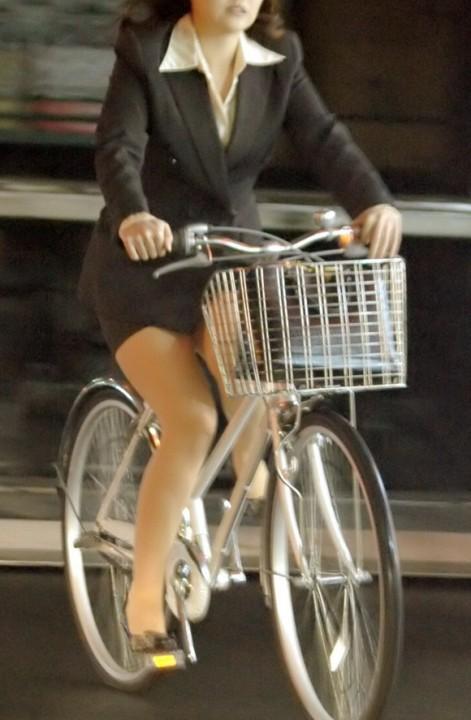 美脚OLが自転車を漕いだ瞬間に三角パンチラした街撮りエロ画像2枚目