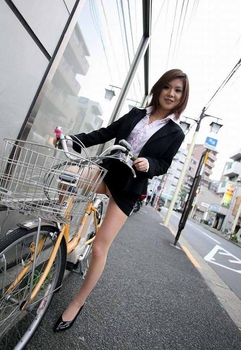 美脚OLが自転車を漕いだ瞬間に三角パンチラした街撮りエロ画像3枚目