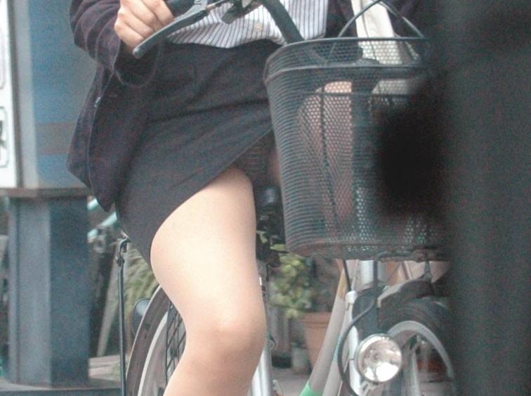 美脚OLが自転車を漕いだ瞬間に三角パンチラした街撮りエロ画像5枚目