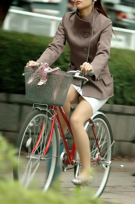 美脚OLが自転車を漕いだ瞬間に三角パンチラした街撮りエロ画像10枚目