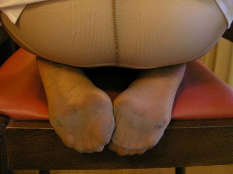 少し汚れてへたったOLのパンスト足裏エロ画像13枚目