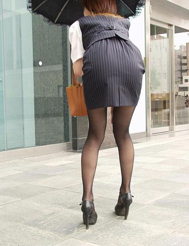 前かがみでパンパンになるOLタイトスカート画像8枚目