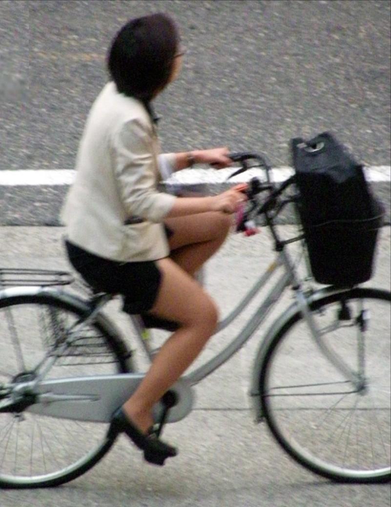 素人OLの通勤自転車でタイトミニがずり上がる露出盗撮エロ画像1枚目