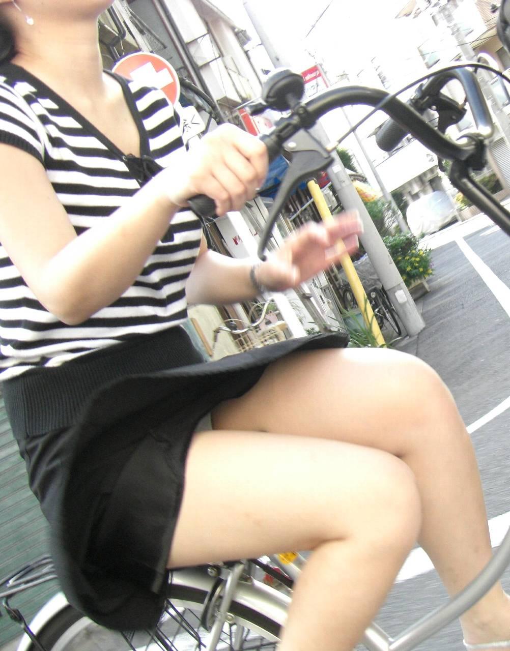 素人OLの通勤自転車でタイトミニがずり上がる露出盗撮エロ画像4枚目