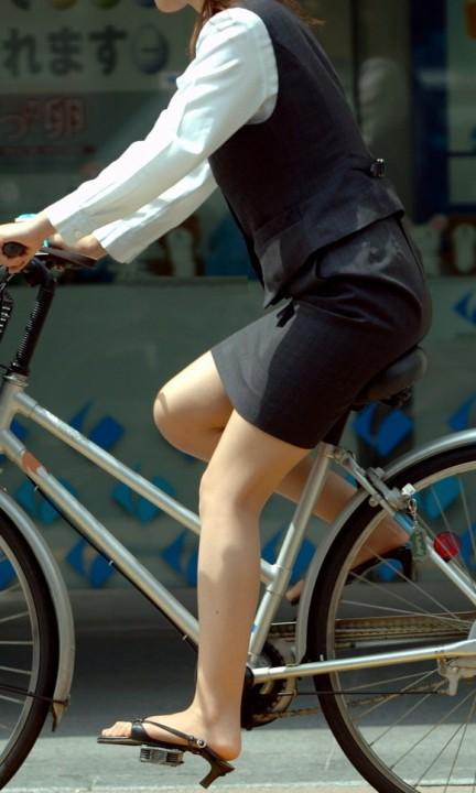 素人OLの通勤自転車でタイトミニがずり上がる露出盗撮エロ画像7枚目