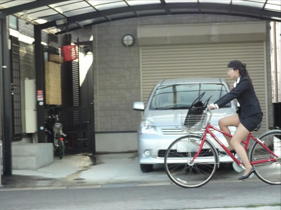 素人OLの通勤自転車でタイトミニがずり上がる露出盗撮エロ画像11枚目