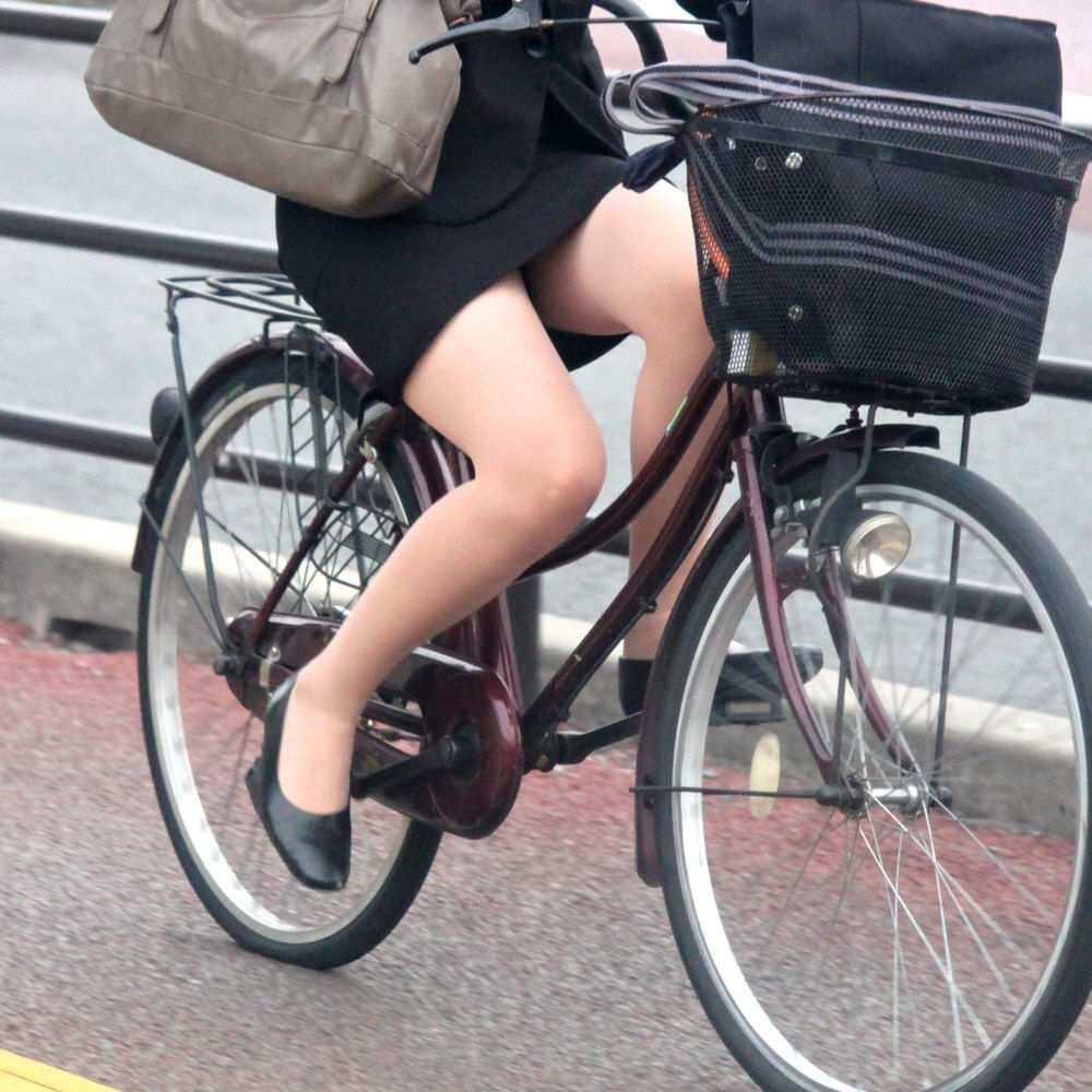 素人OLの通勤自転車でタイトミニがずり上がる露出盗撮エロ画像12枚目