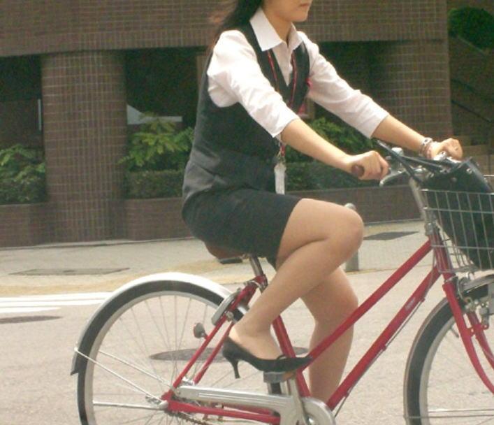 素人OLの通勤自転車でタイトミニがずり上がる露出盗撮エロ画像15枚目