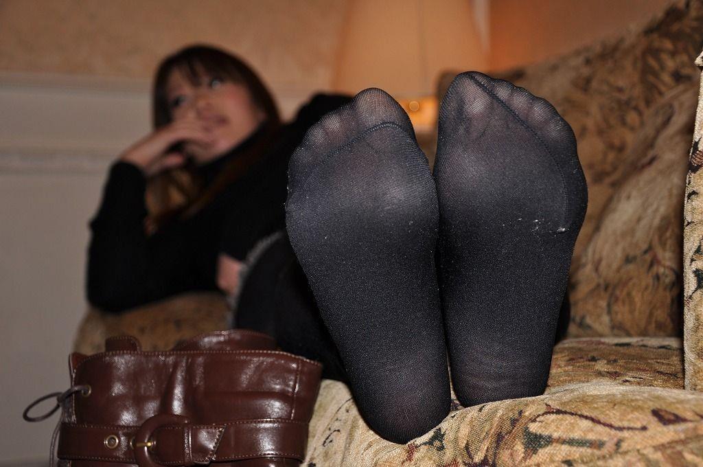お局OLの汚れて汗臭い黒パンスト足裏エロ画像3枚目