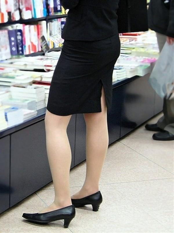 OLタイトスカートと同時に美脚や巨尻を楽しむ画像1枚目