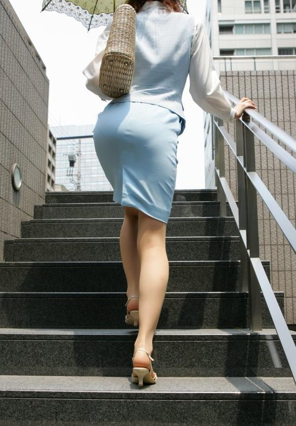 OLタイトスカートと同時に美脚や巨尻を楽しむ画像2枚目