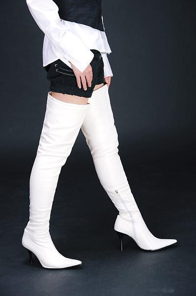 ブーツパンチラをわざとする淫乱OLのエロ画像9枚目