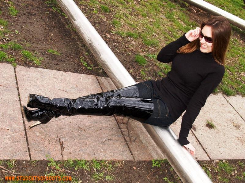 ブーツパンチラをわざとする淫乱OLのエロ画像10枚目