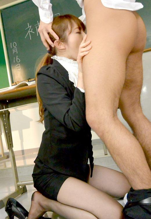 生徒に教室でレイプされる爆乳女教師のエロ画像6枚目