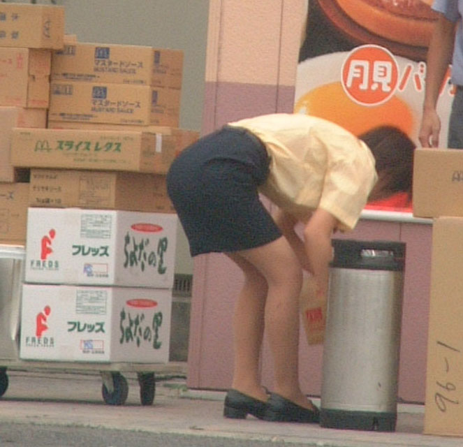 マクドナルドの店員さんタイトスカート盗撮エロ画像1枚目