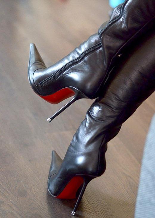 尖すぎるヒールと真紅の足裏のロングブーツOL画像1枚目