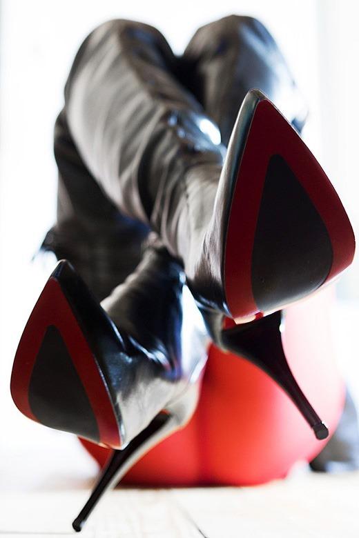 尖すぎるヒールと真紅の足裏のロングブーツOL画像7枚目